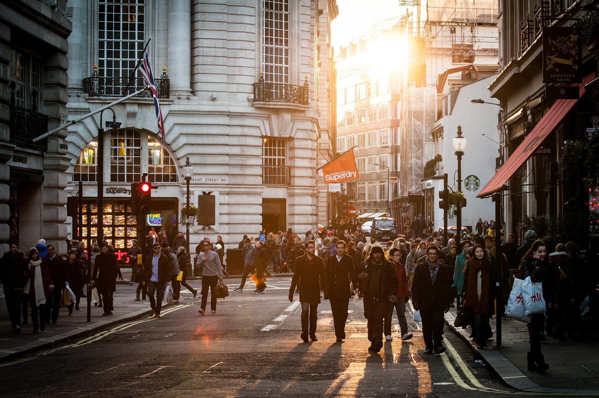 Kuvassa englantilaisia kävelemässä kaupunkimaisemassa.